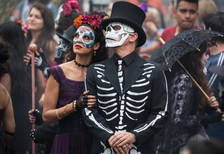 "474945 - ""Spectre"" - B24_16958 - Estrella (Stephanie Sigman) and Bond (Daniel Craig) in the crowds of El Dia de los Muertos procession in Metro-Goldwyn-Mayer Pictures/Columbia Pictures/EON Productions' action adventure SPECTRE. Tolsa Square, Mexico City."